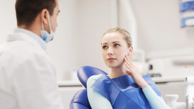 woman with a toothache seeing an emergency dentist